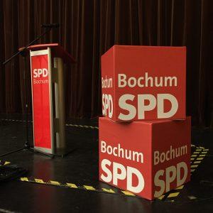 Rednerpult und Würfel beim Parteitag der SPD Bochum