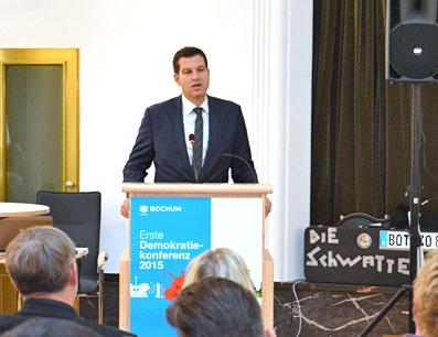 """Oberbürgermeister Thomas Eiskirch (SPD) eröffnete am Montag (9. November 2015) die """"Erste Demokratiekonferenz"""" im Bochumer Rathaus. Die Konferenz hat den Titel """"Farbe bekennen. Demokratie leben."""""""