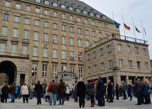 Schweigeminute in Bochum: Zu einer Schweigeminute für die Opfer der Anschläge in Paris vom vergangenen Freitag hat heute (16. November 2015) der Bochumer Oberbürgermeister Thomas Eiskirch aufgerufen. Wer sich dazu mit anderen versammeln wollte, hatte dazu auf dem Rathaus-Platz Gelegenheit.