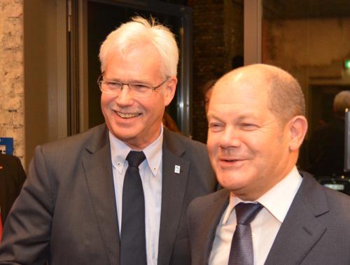 Olaf Scholz (re.), Erster Bürgermeister der Freien und Hansestadt Hamburg, und Dr. Peter Reinirkens, Vorsitzender der SPD-Ratsfraktion Bochum