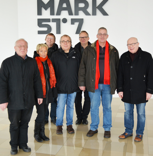 Besuch auf dem MARK-51°7-Gelände in Bochum: Die Gesellschaft Bochum Perspektive 2022 hat Mitglieder aus Rat und Bezirksvertretungen am 26. Februar 2016 zu einer Besichtigung des MARK-51°7-Geländes in Bochum eingeladen. Die Geschäftsführer der Gesellschaft erläutern den aktuellen Stand beim Abriss der ehemaligen Opel-Werkshallen und die Pläne für die nächste Zukunft. Der Schriftzug MARK 51°7 hängt im Foyer des ehemaligen Opel-Verwaltungsgebäudes. Im Bild (v.l.l): Ratsmitglied Reiner Kühlborn, Martina Schmück-Glock (Sprecherin der SPD im Ausschuss für Strukturentwicklung), Martin Oldengott (Vorsitzender der SPD in der Bezirksvertretung Bochum-Mitte), die Ratsmitglieder Johannes Scholz-Wittek und Dr. Hans Hanke, Reiner Rogall (Sprecher der SPD im Ausschuss für Infrastruktur und Mobilität) sowie der Bezirksbürgermeister Bochum-Süd Helmut Breitkopf-Inhoff.