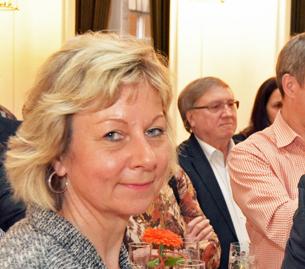 Bochum / Arbeitnehmer-Empfang: Über die Zukunft der Arbeit, aber auch über die Zukunft der Gewerkschaften sprachen am Montagabend (18. April 2016) beim Arbeitnehmer-Empfang im Rathaus die Bochumer DGB-Vorsitzende Eva Kerkemeier und Oberbürgermeister Thomas Eiskirch. Die Stadt hatte zu dem traditionellen Empfang im Vorfeld des Tags der Arbeit (1. Mai) unter anderem die Vertreterinnen und Vertreter von Betriebsräten und Gewerkschaften sowie des Rates eingeladen (im Bild: Martina Schnell, Mitglied des Vorstands der SPD-Ratsfraktion, und der stellvertretende SPD-Fraktionsvorsitzende Dieter Fleskes).