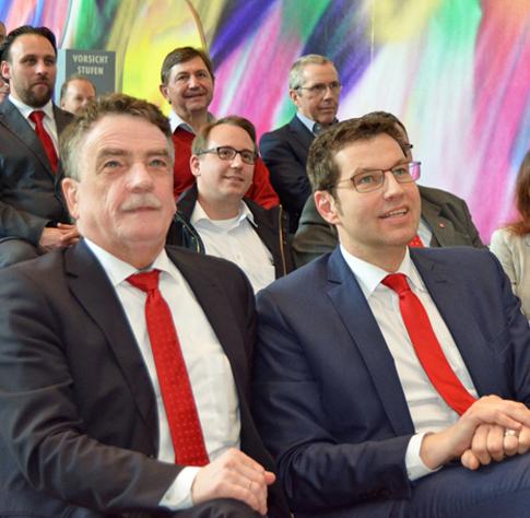 Bochum / Initiative für den Wohnungsbau: NRW-Bauminister Michael Groschek will das Fördervolumen für den Wohnungsbau von derzeit 800 Mio Euro auf rund eine Mrd. Euro anheben. Die Bundespolitik rief Groschek auf, sich zu beteiligen. Das sagte der Minister am heutigen Montag (18. April 2016)  bei einer Investorenkonferenz in Bochum. Rechts im Bild: Bochums Oberbürgermeister Thomas Eiskirch. Der Bochumer OB sagte: