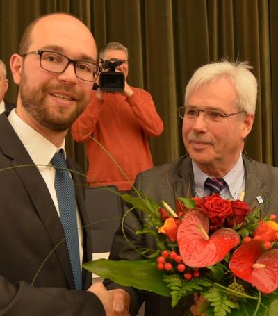 Bochum: Gratulationen nach der Vereidigung / Sebastian Kopietz (li.) ist am heutigen Donnerstag (28. April 2016) vor dem Rat der Stadt Bochum von Oberbürgermeister Thomas Eiskirch als Dezernent für Personal, Recht und Ordnung vereidigt worden. Dr. Peter Reinirkens (Vorsitzender der SPD-Ratsfraktion) gratulierte.