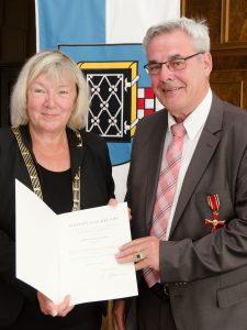 Bürgermeisterin Gabriela Schäfer überreicht Rudolf Malzahn das Bundesverdienstkreuz am Bande (Foto: Lutz Leitmann, Stadt Bochum, Referat für Kommunikation)