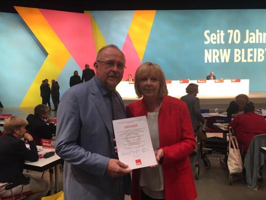 Hannelore Kraft überreicht Axel Schäfer die Willy Brandt-Urkunde.