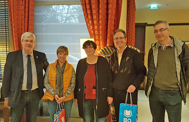 Die SPD-Kreistagsfraktion aus dem Rhein-Neckar-Kreis ist derzeit zu einer Stippvisite in Bochum. Der Vorsitzende der SPD-Ratsfraktion Dr. Peter Reinirkens (l.) und Bezirksbürgermeisterin  Mitte Gabriele Spork (3.v.l.) begrüßten den Vorsitzenden der Kreistagsfraktion Dr. Ralf Göck (4.v.l.), die stellvertretenden Vorsitzenden Renate Schmidt (2.v.l.) und Guntram Zimmer (r.) sowie die rund 20-köpfige Fraktion.  Der Rhein-Neckar-Kreis hat etwa eine halbe Mio. Einwohnerinnen und Einwohner und liegt rund um Heidelberg in Baden-Württemberg. Die Kreistagsfraktion ist noch bis zum morgigen Dienstag (1. November) in Bochum.