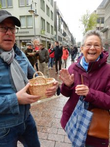 Rote Eier zu Ostern: Der stellvertretende Vorsitzende der SPD Bochum, Thorsten Kröger, auf der Kortumstrasse mit einer überraschten Passantin