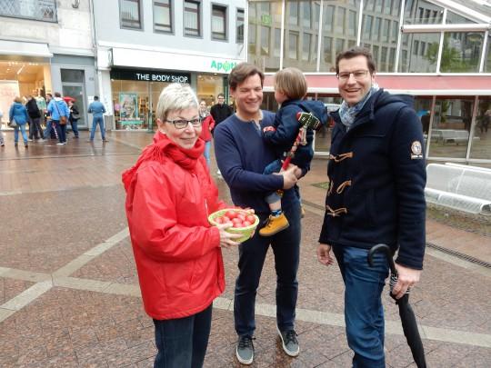 Rote Eier zu Ostern: Carina Gödecke beim Verteilen von Ostereiern auf dem Husemannplatz mit Thomas Eiskirch und Wilken Engelbracht