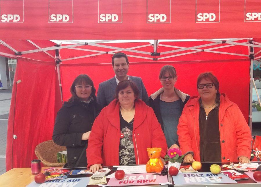 Die Arbeitsgemeinschaft Sozialdemokratischer Frauen (ASF) beim Weltfrauentag 2017 - mit Bochums Oberbürgermeister Thomas Eiskirch.