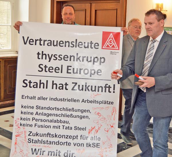 """SPD-Ratsfraktion Bochum: """"Stahl hat Zukunft """" / Am 18. Mai 2017 hat sich die SPD-Ratsfraktion Bochum den Forderungen der Vertrauensleute bei ThyssenKrupp Steel angeschlossen. Rechts im Bild: Ratsmitglied Dirk Marten"""