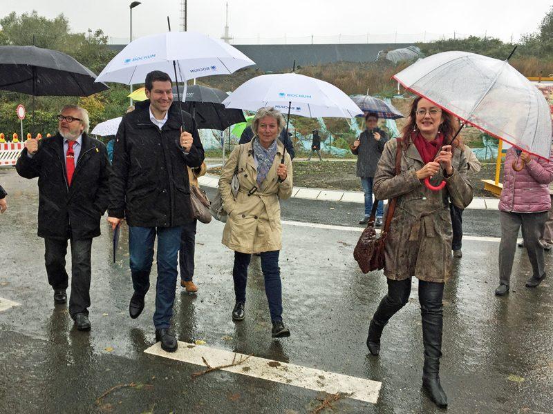 SPD-Ratsfraktion Bochum: Der Bochumer Oberbürgerbürgermeister Thomas Eiskirch (2.v.l.) hat am 6. Oktober 2017 neue Buseloh-Brücke für den Verkehr freigegeben. Ebenfalls im Bild (v.l.): Henry Donner, Bezirksbürgermeister Nord, Martina Schnell (Vorsitzende des Ausschusses für Infrastruktur und Mobilität) und Ratsmitglied Simone Gottschlich.