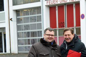 Der Sprecher der SPD-Ratsfraktion im Ausschuss für Umwelt, Sicherheit und Ordnung Klaus Hemmerling (r.) und Ratsmitglied Jörg Czwikla bei einem Besuch der Feuerwehr an der Grünstraße in Wattenscheid im November 2016.
