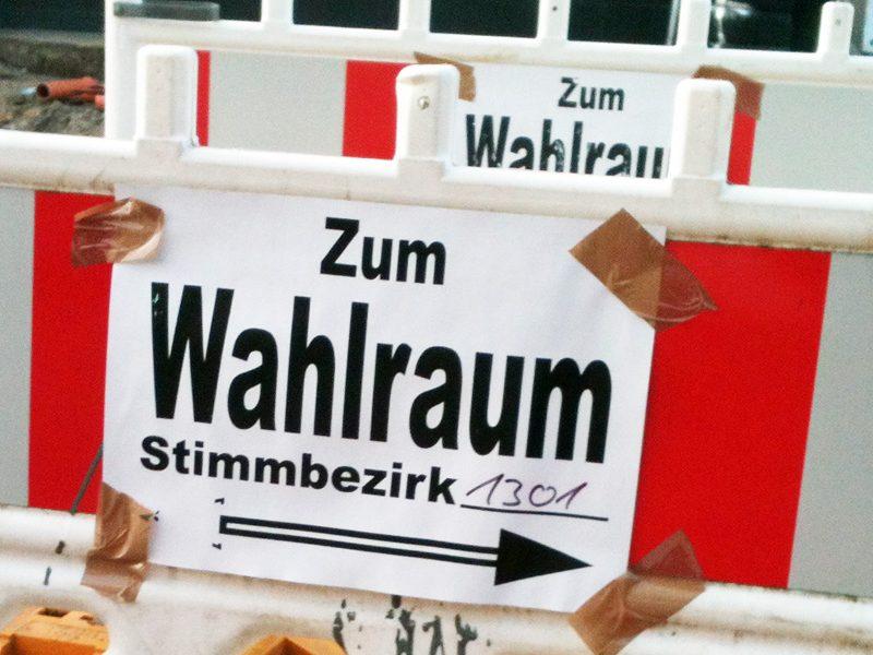 """SPD-Ratsfraktion Bochum: Schild """"Zum Wahlraum"""""""