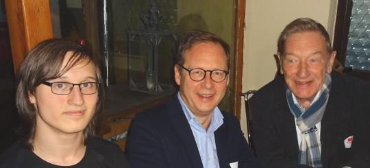 Neumitgliedertreffen der SPD Bochum: Das jüngste Neumitglied Leon Machunze, der SPD-Vorsitzende Karsten Rudolph und das älteste Neumitglied Günter Heising