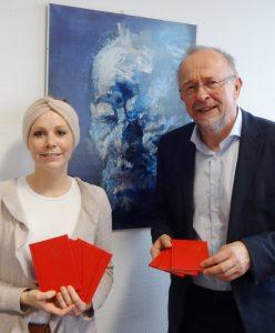 Lisa Methling, Mitarbeiterin im Büro der SPD Bochum, Axel Schäfer, SPD MdB, mit den Parteibüchern für einige der Neumitglieder