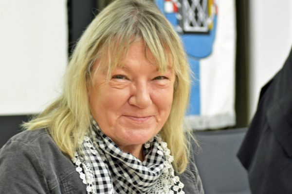 SPD-Ratsfraktion Bochum: Ratsmitglied Gaby Schäfer plädiert dafür, die Trauerhallen auf städtischen Friedhöfen mit mobilen Höranlagen für Hörgeschädigte auszustatten.