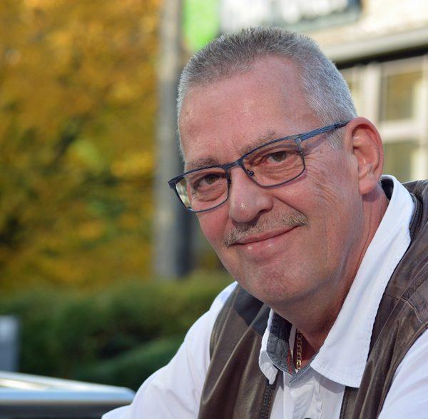SPD-Ratsmitglied Reiner Rogall begrüßt den Bolzplatz-Umzug in Höntrop.