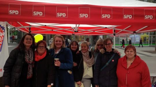 Die ASF Bochum um die Vorsitzende Lea Zindel (zweite von rechts) beim Internationalen Frauentag 2018 mit den beiden Ratsfrauen Simone Gottschlich (links) und Gaby Schäfer (dritte von rechts).