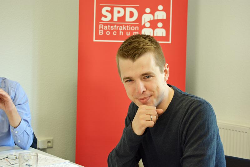 Ratsmitglied Jonathan Ströttchen fordert von der Verwaltung konkrete Zwitpläne zum Schulentwicklungsplan Grundschulen.