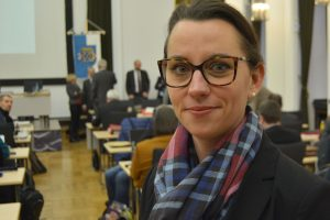 SPD-Ratsmitglied Deborah Steffens freut sich über die neuen Beutelspender, mahnt aber zur regelmäßigen Auffüllung.