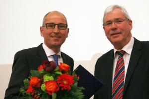 SPD-Fraktionsvorsitzender Dr. Peter Reinirkens (r.) gratuliert Dietmar Dieckmann nach dessen Vereidigung im Rat.