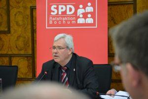 Der SPD-Fraktionsvorsitzende Dr. Peter Reinirkens fordert die Sanierung der 25 Kilometer schlechtesten Gehwege in Bochum.