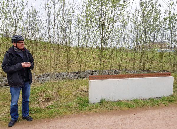 """Dr. Hans Hanke, kulturpolitischer Sprecher der SPD im Rat, erläuterte den Gedenkort """"Zwangsarbeiterlager Saure Wiese""""."""