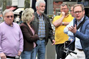 Der Vorstand der SPD im Rat hat sich am Montag (9. April) die Hans-Böckler-Straße angesehen. Die SPD hat eine Reihe von Vorschlägen, wie die Fußgängerinnen und Fußgänger besser geschützt werden können, ohne dass die Hans-Böckler-Straße gesperrt werden muss.