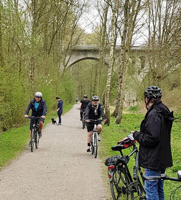 Kurz vor dem Schlosspark machten die SPD-Ratsmitglieder einen kurzen Abstecher Richtung Neveltalbrücke. Das Land will die Brücke erneuern. Der Ausschuss für Infrastruktur und Mobilität hatte in diesem Zusammenhang gefordert, auf beiden Seiten der Brücke Platz für Radwege einzuplanen und eine für entsprechende Anbindung der Springorumtrasse zu sorgen.