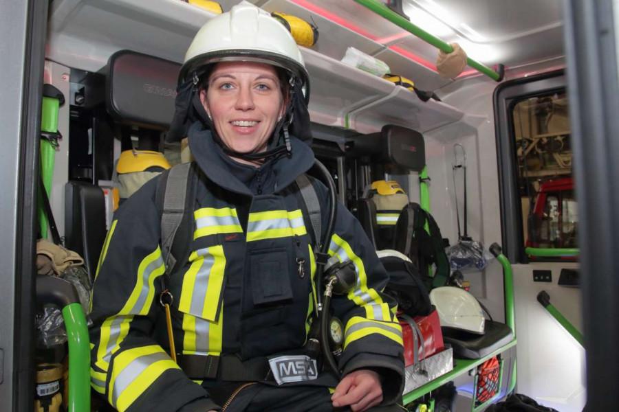 SPD-Ratsfrau Deborah Steffens trat ein 24-Stunden-Praktikum bei der Feuerwehr an.