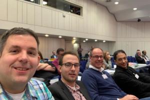 Ein Teil der Delegierten der SPD Bochum (v.l.n.r.: Jens Matheuszik, Lennart Schnell und Thorsten Kröger) sowie Oliver Basu Mallick, der Kandidat der SPD Bochum für das Europäische Parlament auf der Europadelegiertenkonferenz der NRWSPD