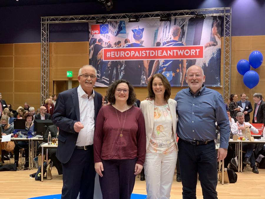 #EuropaIstDieAntwort - mit den deutschen Spitzenkandidaten Udo Bullmann (links) und Katarina Barley (zweite von rechts), dem europäischen Spitzenkandidaten Frans Timmermans (rechts) sowie der SPD-Vorsitzenden Andrea Nahles (zweite von links) , Andrea Nahles, Katarina Barley und Frans Timmermans