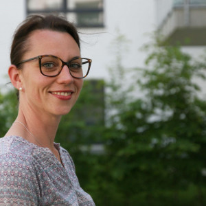 SPD-Ratsmitglied Deborah Steffens setzt sich für eine Aufwertung der Hundewiesen in Bochum ein.