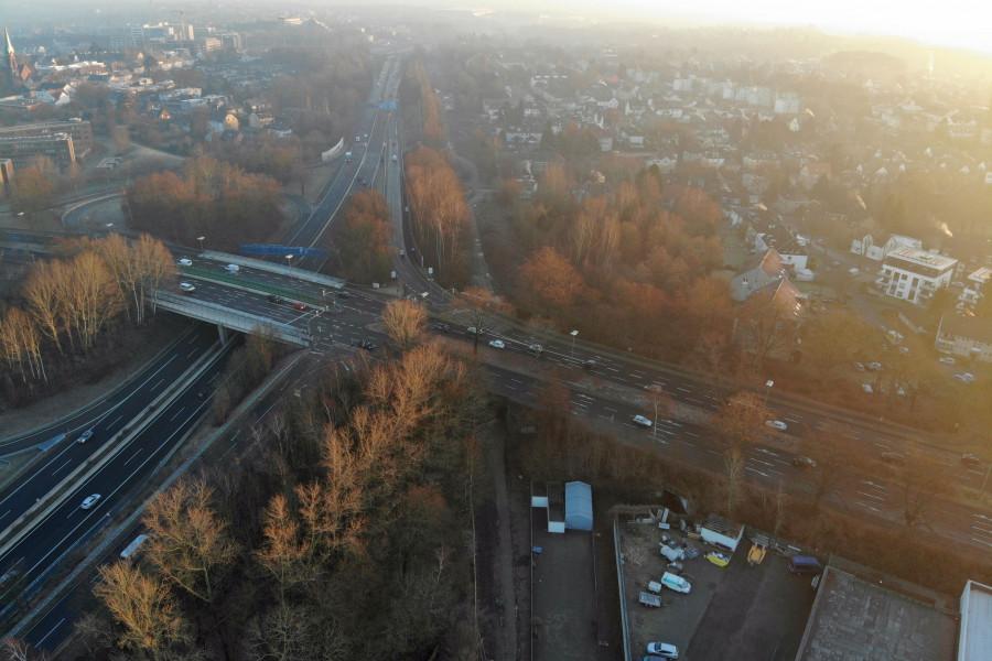 Die ehemalige Opelbahn führt von der Wohlfahrtstraße zum Opelgelände und passiert dabei die Königsallee und läuft parallel zur A448.