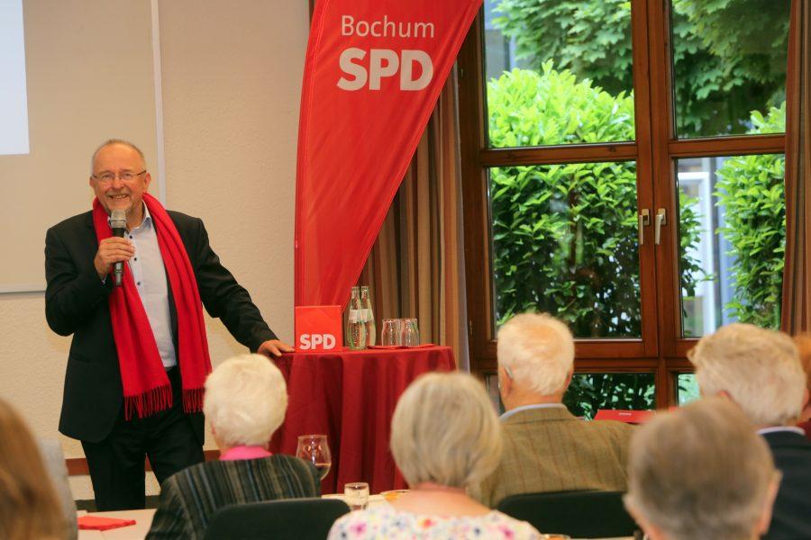Der Bundestagsabgeordnete und Ortsvereinsvorsitzende der SPD Querenburg, Axel Schäfer, bei der Begrüßung zur Jubilarehrung