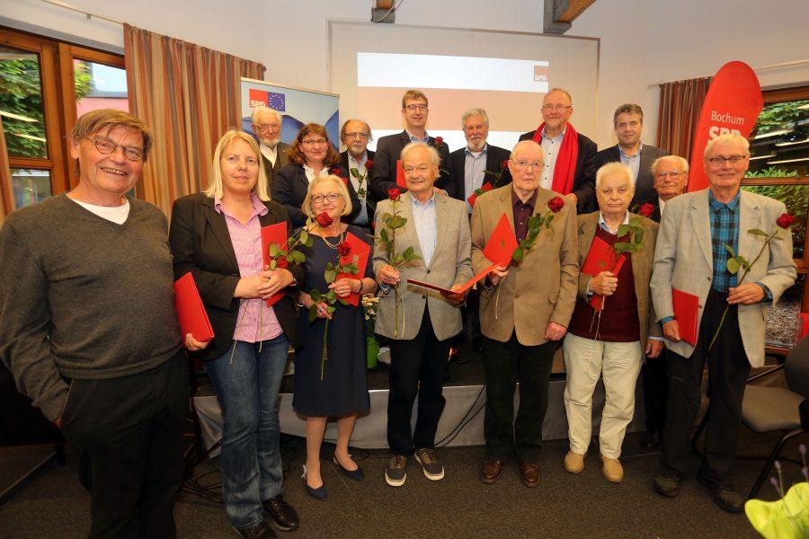 Die Jubilare der SPD Bochum-Querenburg mit dem Laudator Sigmar Gabriel