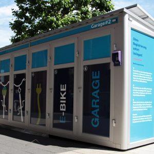 Bei größeren Veranstaltungen können mobile E-Bike-Garagen aufgestellt werden, um die Anfahrt mit dem Fahrrad attraktiver zu machen.