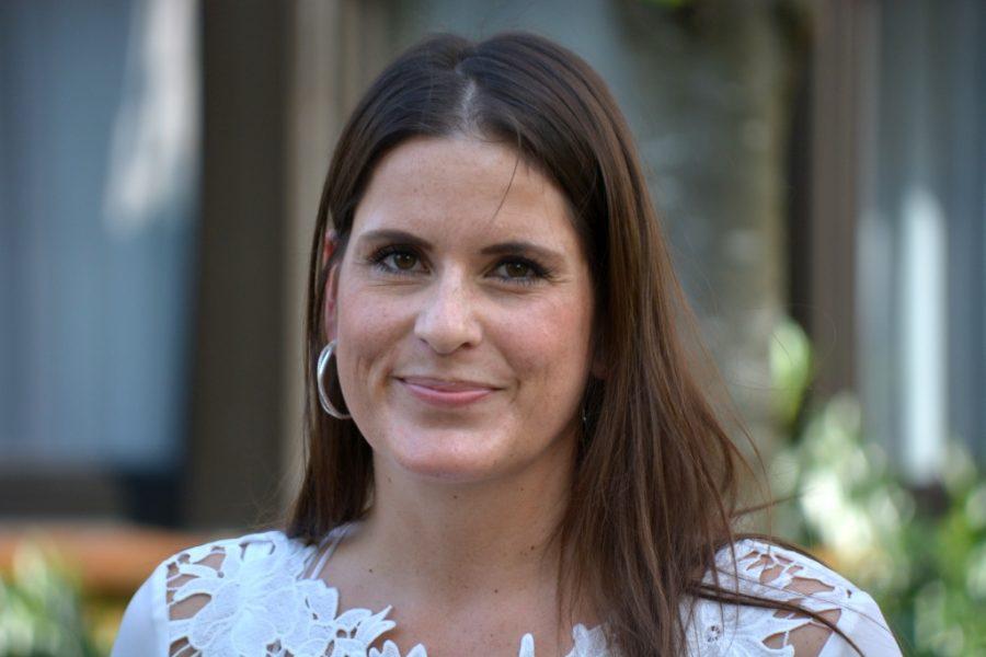 SPD-Ratsfrau Maria-Christina Hagemeister setzt sich für den alten Gehweg an der Ruhr in Stiepel ein.