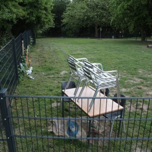 """Die Hundewiese """"Auf der Heide"""" ist zwar groß, aber um Sitzgelegenheiten müssen sich die Menschen selbst kümmern."""
