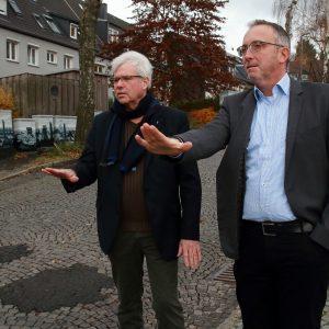 Peter Reinirkens (l.) und Bezirksbürgermeister Marc Gräf machen sich ein Bild von Zustand des Sonnenbergs.