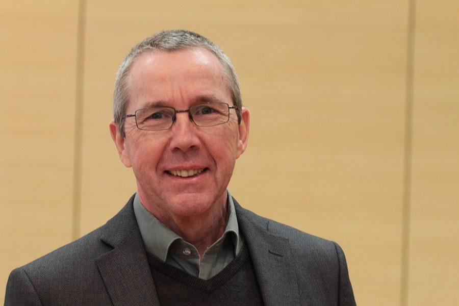 Ernst Steinbach setzt sich für moderne Luftfiltergeräte in den Bochumer Schulen ein.