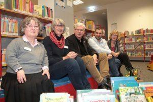 Peter Reinirkens (Mitte) zu Besuch in der Zweigbücherei Linden. Er hat mit Vera Rüdel, Martina Leinemann, Meheddiz Gürle und Anette Kilfitt (v.l.) über die Zukunft des Standorts gesprochen.
