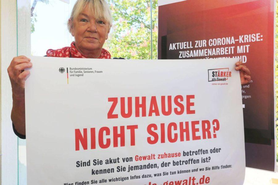 """Gaby Schäfer setzt sich für die Kampagne """"Stärker als Gewalt"""" ein."""