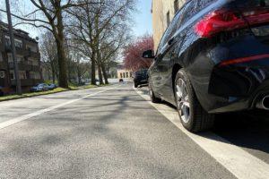 Auf der Bessemer Straße parken viele Fahrzeuge gekippt auf dem Gehweg. Manchmal ragen sie auch auf den Radweg und provozieren gefährliche Situationen.