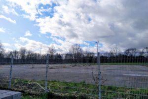 Die asphaltierte Fläche der ehemaligen Flüchtlingsunterkunft Auf der Heide wird renaturiert.