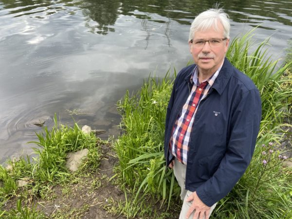 Peter Reinirkens schaut sich den Ort der künftigen Badestelle an.