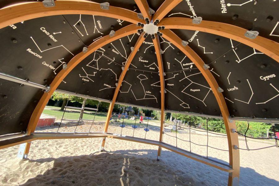 Ein bespielbares Planetarium schützt jetzt im Stadtpark vor der Sonne.