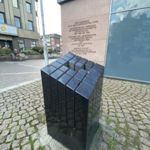 Aktuell erinnert eine Inschrift und ein Marmorblock an Fritz Husemann.