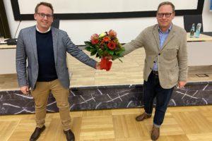 Der SPD-Unterbezirksvorsitzende Dr. Karsten Rudolph (r.) gratuliert Burkart Jentsch zur gewonnenen Wahl.